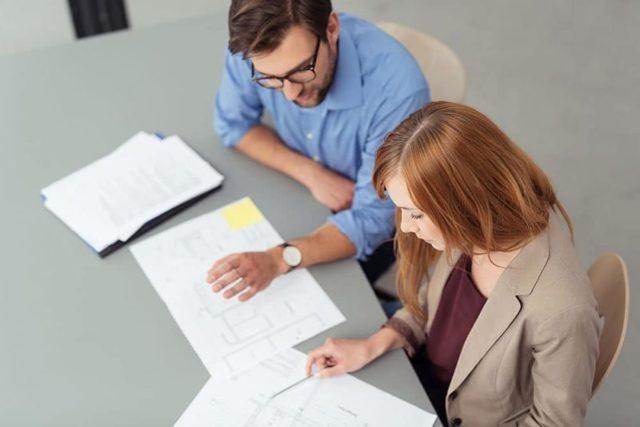 Когда выписывается счет-фактура на аванс и в какой срок: в течение 5 календарных дней или рабочих, а также какой датой нужно выставить этот документ?