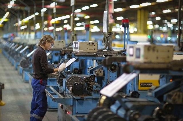 Что характеризует номинальная зарплата и от чего она зависит?