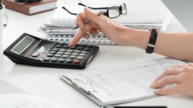 Ежемесячная премия к зарплате по итогам работы за определенный промежуток времени: размер, нюансы оформления премирования сотрудников, перерасчет отпускных в случае выплаты денежных поощрений в следующем месяце, а также код дохода