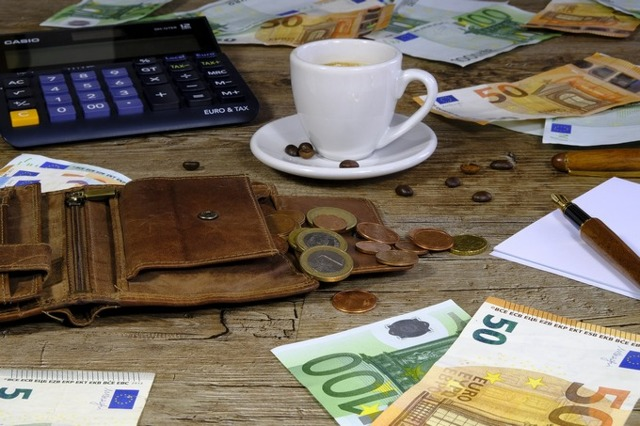 Изменение оклада в штатном расписании: образец документа, а также как оформить внесение корректировок в связи с увеличением или уменьшением зарплаты?