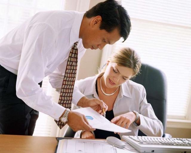 Перевод сотрудника на другую должность с меньшим окладом: что говорит закон о том как правильно перевести работника на неполный рабочий день полставки или 2/3 оплаты труда?