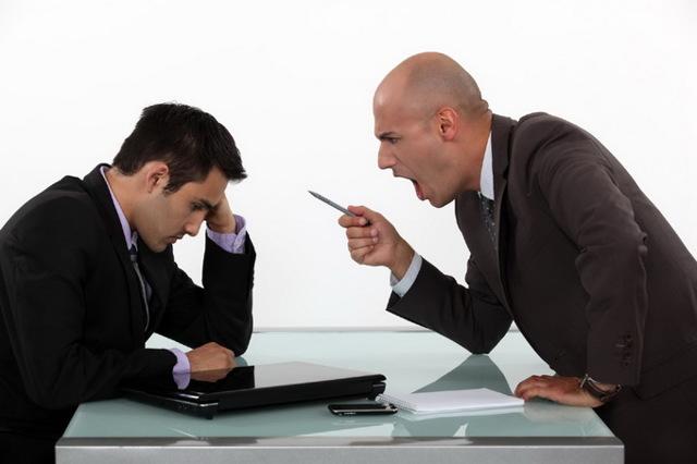 Как написать докладную записку на сотрудника за оскорбление: образец (пример), кто может написать о хамском поведении на рабочем месте, а также правила оформления бумаги на коллегу за нецензурную брань и хамство