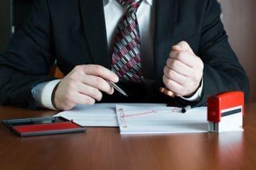 Материальная ответственность работника перед работодателем и работодателя перед работником: что является ее формой и основаниями, посредством чего реализуется принцип, а также чем закрепляются и конкретизируются правоотношения