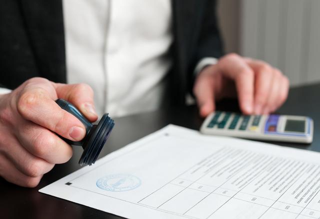 Ставится ли печать на счет-фактуре: обязательно ли нужно и если нет, то когда отменили?